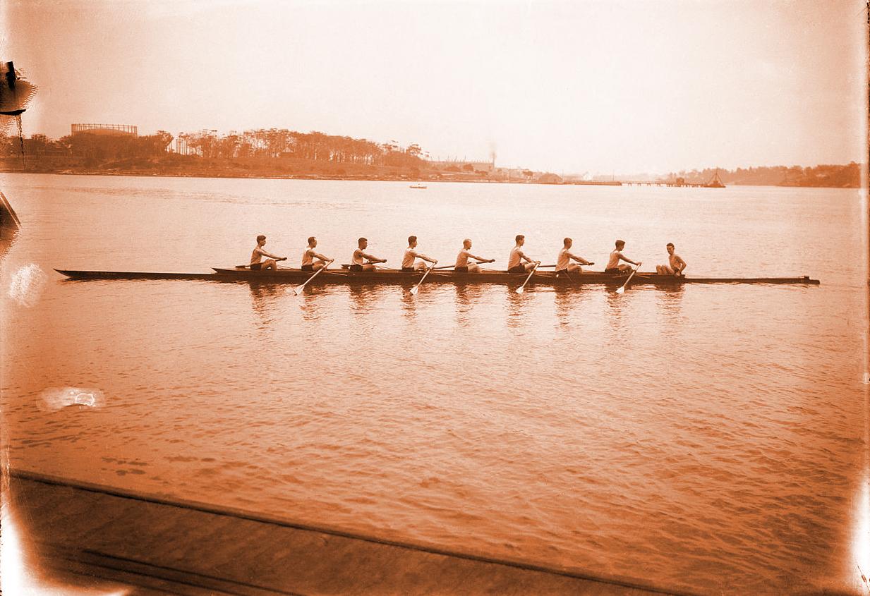 Eights_rowing_team_on_Sydney_Harbour_(8483857475).jpg