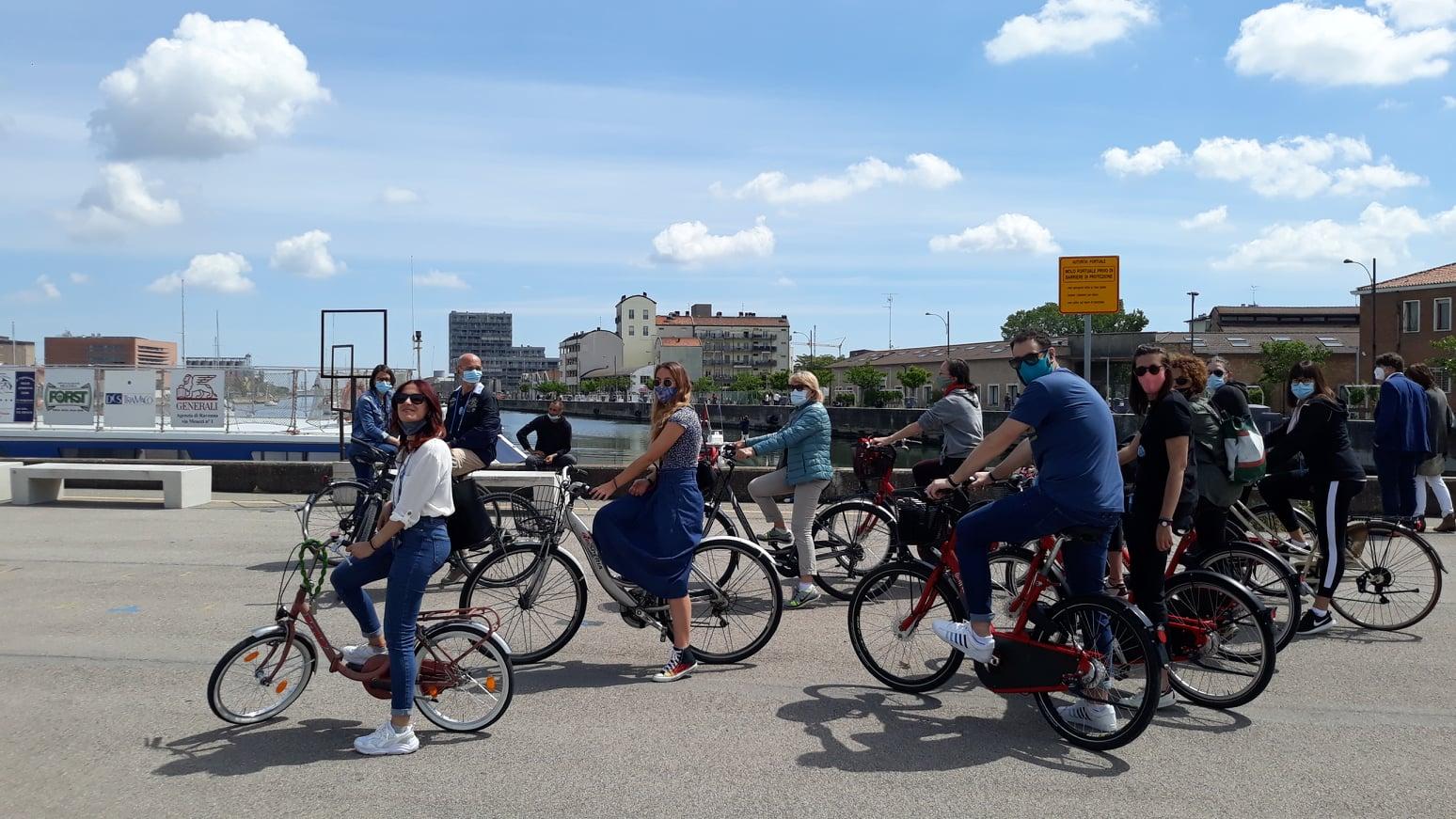 Imbarco in Darsena. Foto di gruppo in bicicletta